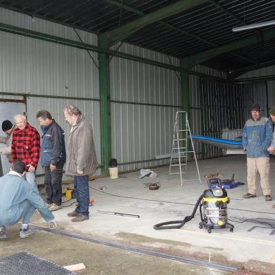 de nombreux bénévoles dans les hangars